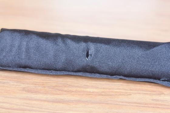 Retrouvez avec votre doigt l'endroit où vous aviez percé le rouleau, sous le tissu, et percez le tissu au même endroit avec vos ciseaux (si comme moi vous n'avez pas de ciseaux à couture, vous allez détester cette étape).